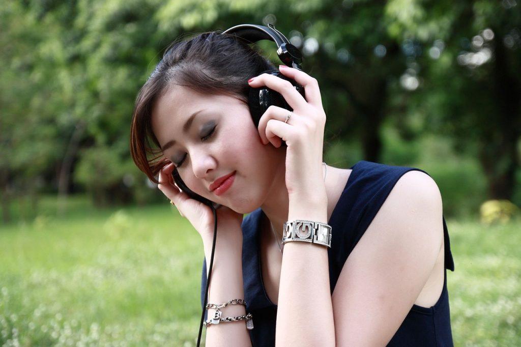 schönes Mädchen hört deutsches Audio